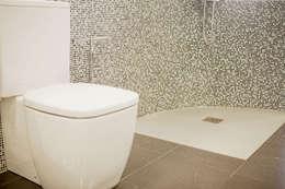 Baños de estilo moderno por AZULEJOS HG SL