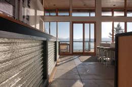 Pasillos y hall de entrada de estilo  por Uptic Studios