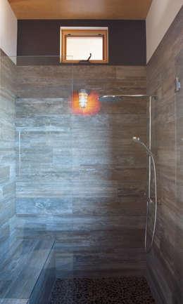 Baños de estilo moderno por Uptic Studios