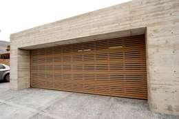 Projekty,  Garaż zaprojektowane przez 株式会社ワールドガレージドア