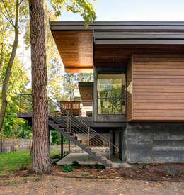 Casas de estilo moderno por Uptic Studios