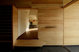 玄関土間: 塔本研作建築設計事務所が手掛けた壁&フローリングです。
