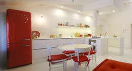 """open space:""""bianco""""_""""legno""""_""""colori"""": Cucina in stile in stile Moderno di msplus architettura"""