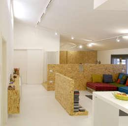 """open space:""""bianco""""_""""legno""""_""""colori"""": Soggiorno in stile in stile Moderno di msplus architettura"""