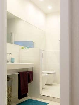 """open space:""""bianco""""_""""legno""""_""""colori"""": Bagno in stile in stile Moderno di msplus architettura"""