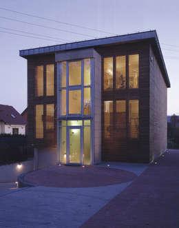 elewacja frontowa — noc: styl nowoczesne, w kategorii Domy zaprojektowany przez Atelier Loegler Architekci