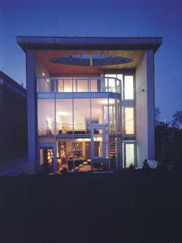 elewacja ogrodowa — noc: styl nowoczesne, w kategorii Domy zaprojektowany przez Atelier Loegler Architekci
