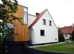 Rozbudowa domu: styl nowoczesne, w kategorii Domy zaprojektowany przez Grid Architekci