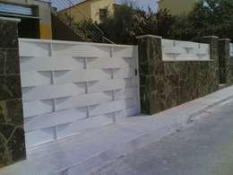 Portones de garage de estilo  por CIERRES METALICOS AVILA, S.L.