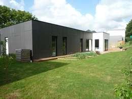 Maison de plain-pied en Black & White: Maisons de style de style Moderne par atelier 742