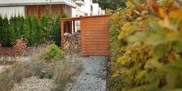 drewniany schowek: styl , w kategorii  zaprojektowany przez Autorska Pracownia Architektury Krajobrazu Jardin