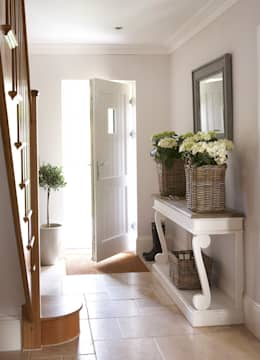 Couloir et hall d'entrée de style  par Emma & Eve Interior Design Ltd
