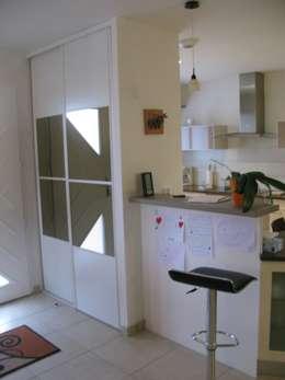 Projekty,  Korytarz, przedpokój zaprojektowane przez Uniq intérieurs