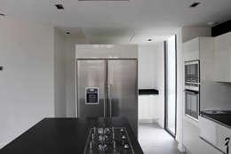 Villa N 03: Cuisine de style de style Moderne par 2&1