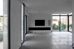 Villa N 03: Salon de style de style Moderne par 2&1