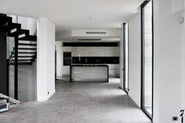 Villa N 03: Salle à manger de style de style Moderne par 2&1