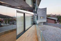 The Curving House: JOHO Architecture의  베란다