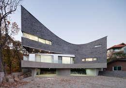 The Curving House: JOHO Architecture의  주택