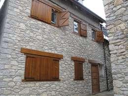 Fachada exterior a la Pza. de Urtau: Casas de estilo rústico de DE DIEGO ZUAZO ARQUITECTOS