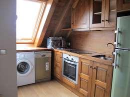 Cocina de madera en una de las viviendas: Cocinas de estilo rústico de DE DIEGO ZUAZO ARQUITECTOS