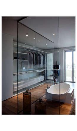 Casa privata: Camera da letto in stile in stile Minimalista di lollo e dado