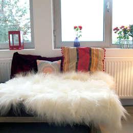 La One Moumoute est superbe sur une banquette, un canapé, un lit...: Chambre de style de style Moderne par FAB design