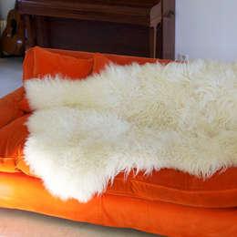 La Big Moumoute agrémente super bien un canapé!: Salon de style de style Moderne par FAB design