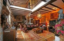 Salas de estilo rústico por Karma Properties