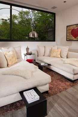 Casa CH: Salas multimedia de estilo moderno por GLR Arquitectos
