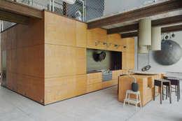 Пентхаус для скульптора: Кухни в . Автор – Anton Medvedev Interiors