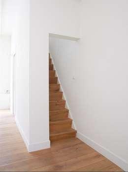 Woonkamer met zicht naar de trap:  Gang en hal door ontwerpplek, interieurarchitectuur
