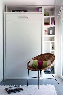 Cama rebatible vertical +  biblioteca : Estudio de estilo  por MINBAI