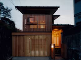 Casas de estilo ecléctico por 堀内総合計画事務所