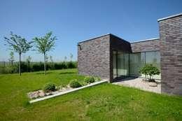 FAMILY HOUSE IN OŘECH,CZECH REPUBLIC: minimalistic Garden by MARKÉTA CAJTHAMLOVÁ, ARCHITEKTONICKÁ PROJEKČNÍ KANCELÁŘ