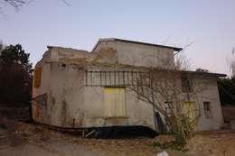 après démolition d'une partie du toit, :  de style  par LCDS