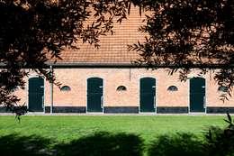 voorgevel met staldeuren, nieuwe situatie:   door Suzanne de Kanter Architectuur & Interieur