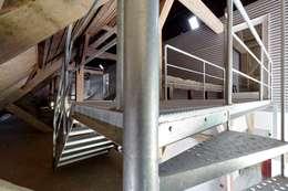 vluchttrap en toegang mezzanine in de schuur, nieuwe situatie:   door Suzanne de Kanter Architectuur & Interieur