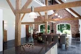 eetkamer en woonkamer, nieuwe situatie:   door Suzanne de Kanter Architectuur & Interieur
