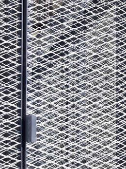 Puertas y ventanas de estilo industrial por atelier CHOCOLATE