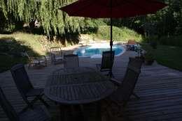vue depuis la terrasse sur la piscine:  de style  par LCDS