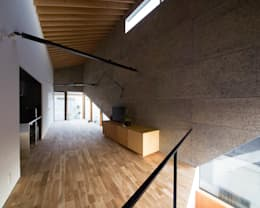 シナ合板による造作家具: atelier CHOCOLATEが手掛けたリビングルームです。
