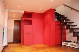 CUBE ROUGE : Couloir et hall d'entrée de style  par monicacordova