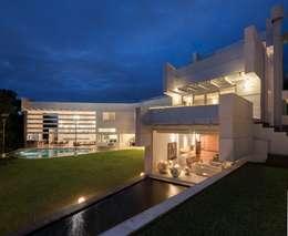 Vista del conjunto: Casas de estilo moderno por PLADIS