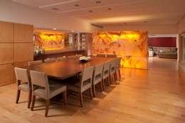 Comedor principal: Comedores de estilo moderno por PLADIS