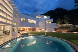 Detalle en Alberca : Casas de estilo moderno por PLADIS
