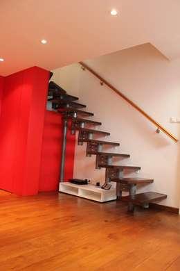 ESCALIER : Couloir et hall d'entrée de style  par monicacordova