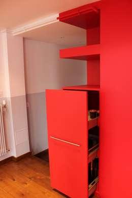 RANGEMENT COULISSANT: Salon de style de style Moderne par monicacordova