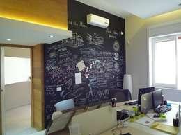 parete lavagna: Pareti & Pavimenti in stile in stile Moderno di architè