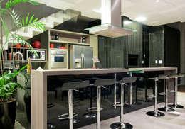 Casa Cond. Colinas de São Francisco: Cozinhas modernas por JOSIANNE MADALOSSO ARQUITETURA E INTERIORES