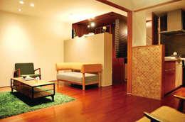 高田郷の家: 株式会社アトリエカレラが手掛けたリビングです。
